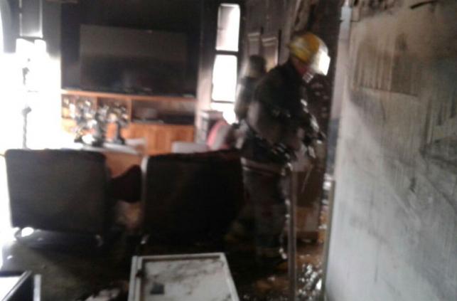 El interior del apartamento quedó destruido por cuenta de las llamas.