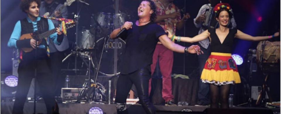 """Vives invitó a la agrupación Monsieur Periné para abrir el espectáculo y para interpretar a dúo """"La Tierra Del Olvido""""."""